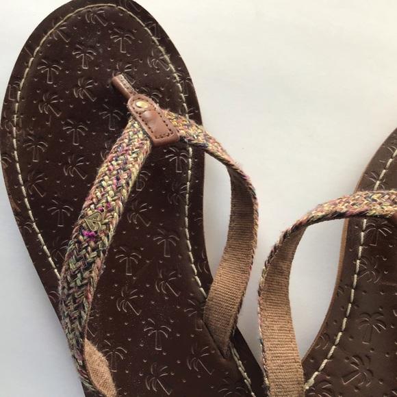 Beautiful braided Roxy flip flops w/ signature 💛